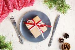 Jultabellinställning med gåvan på plattan på den vita tabellen Bästa sikt för Xmas-begrepp royaltyfria bilder