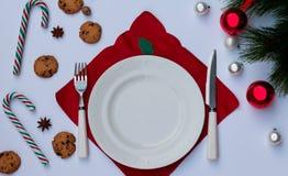 Jultabellinställning med kopieringsutrymme En festlig bakgrund av bestick, kaka, julpynt arkivfoton