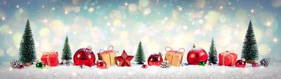 Jultappningbakgrund, gåvor och träd på snö arkivfoton