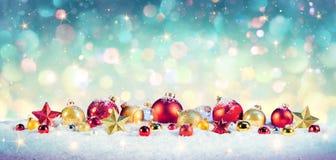 Jultappningbakgrund - struntsaker på snö arkivbild