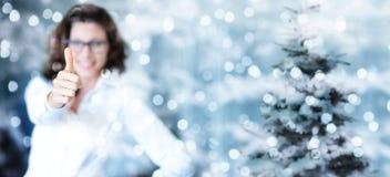 Jultema, affär som ler kvinnan som handen med tummen upp Royaltyfri Fotografi