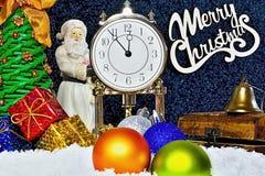 Jultema och atmosfär bakgrundsjulen stänger upp röd tid Klockan visar det långa väntade på ögonblicket Kommande Santa Claus och u Arkivbilder