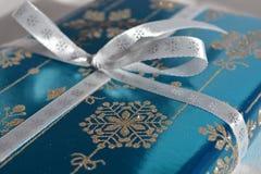 Jultid! Julklapp med blänker snöflingor arkivbild