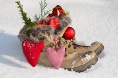 Jultomte kängor i snowen Royaltyfria Bilder