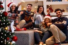 Jultomteblossfolk som tycker om partiet på jul royaltyfria foton
