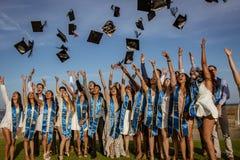 JULTOMTEN BARBARBRA, CALIF, USA, JUNI 8, 2018 - avlägga examen kastar vänner deras avläggande av examenlock in i luft royaltyfri fotografi