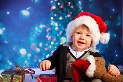 Jultomten behandla som ett barn pojken som ler ljus i bakgrund Arkivfoton