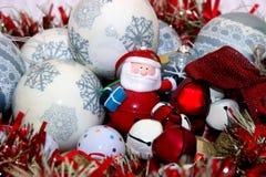 Jultomten bland julpyntet Fotografering för Bildbyråer