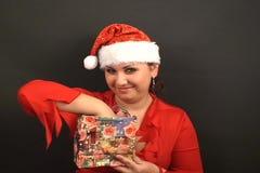 Jultomten får en gåva stock video