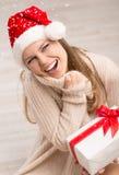 Jultomten flicka och snöflingor Royaltyfria Foton