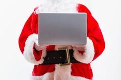 Jultomten genom att använda en bärbar dator royaltyfri bild