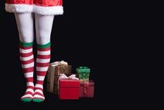 Jultomten hjälpreda över svart royaltyfri fotografi