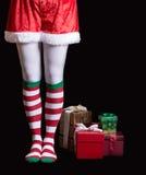 Jultomten hjälpreda över svart arkivbild