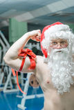 Jultomten i en idrottshall Royaltyfria Bilder