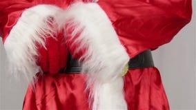 Jultomten justerar hans bälte runt om hans mage arkivfilmer