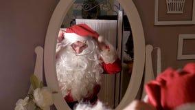 Jultomten klär upp i din dräkt Arkivbild