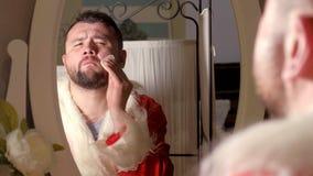 Jultomten klär upp i din dräkt Royaltyfri Fotografi