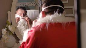 Jultomten klär upp i din dräkt Fotografering för Bildbyråer