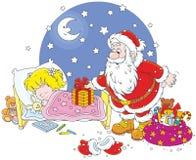 Jultomten med gåvor för ett barn Arkivbild