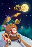 Jultomten med gruppen av gåvor som rider på en släde på de polara ljusen för vinterskog på bakgrunden glad jul Arkivbilder