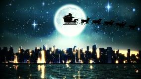 Jultomten och hans släde som flyger över stad och floden
