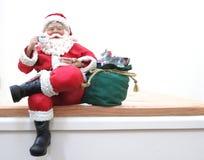 Jultomten på en hylla royaltyfri foto