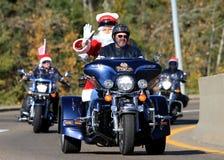 Jultomten på en motorcykel Royaltyfri Foto