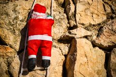 Jultomten på en vägg arkivbild
