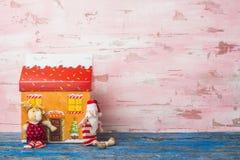Jultomten, ren och husleksak Copyspace Royaltyfria Bilder