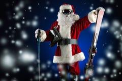 Jultomten skidar royaltyfri bild