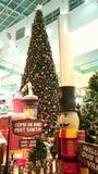 Jultomten som besöker schema och julgranen Abu Dhabi Mall Arkivfoton