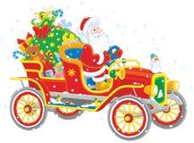 Jultomten som kör en bil med gåvor Arkivfoto