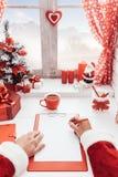 Jultomten som planerar för jul Fotografering för Bildbyråer