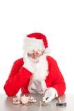 Jultomten som räknar mynt arkivfoto