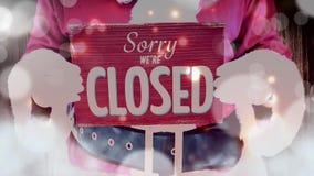 Jultomten som rymmer det ledsna stängda tecknet med flyttningljus stock video