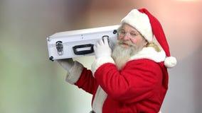 Jultomten som rymmer fallet med kassa för jul stock video