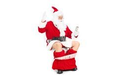 Jultomten som ser ett tomt toalettpapper, rullar Arkivfoto