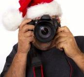 Jultomten som tar ett foto med hans digitala kamera Royaltyfri Fotografi