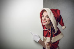 Jultomten som ut pekar något Arkivfoto