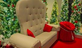 Jultomten stol med den röda leksaksäcken royaltyfri fotografi