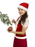Jultomtenflicka som dekorerar barrträdfilialen royaltyfri fotografi