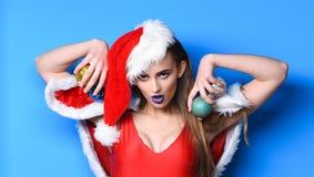 Jultomtenflickan som är sexig med, utgör För baddräkt- och santa hatthåll för flicka klumpa ihop sig röd jul garnering Kvinna att fotografering för bildbyråer