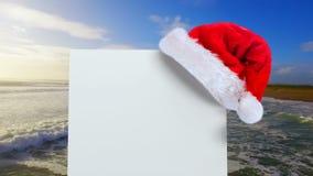 Jultomtenhatt med det vita kortet och havet stock video