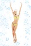 Jultomtenhjälpreda som är blond på höga häl med snöflingor royaltyfria foton
