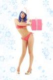 Jultomtenhjälpredaflicka på höga häl med snöflingor arkivbilder