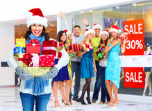 Jultomtenkvinna med julgåvor. royaltyfri bild