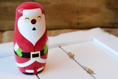 Jultomtenstatyett på vitt trä Arkivbild