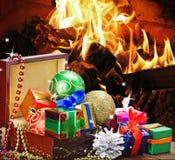 Jultoys och garneringar i träask Royaltyfria Bilder