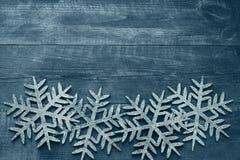 Julträbakgrund med dekorativa snöflingor Royaltyfri Foto