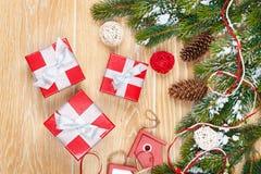 Julträbakgrund med den snögranträdet och dekoren Arkivfoton